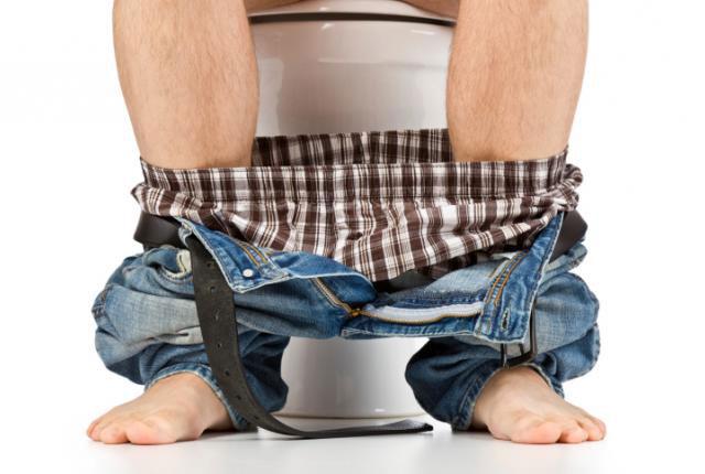 В туалете сидит мужчина