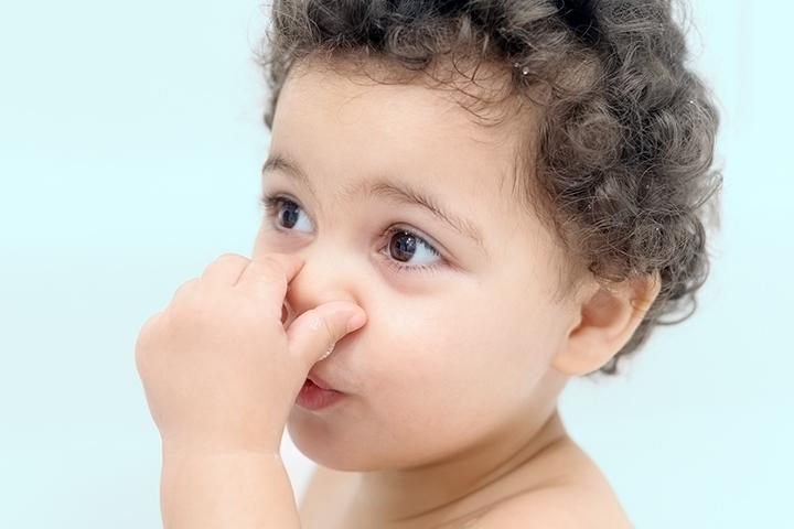 Ребенок заткнул нос