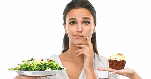 Девушка выбирает еду
