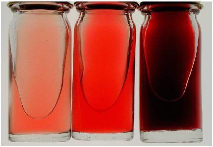 Красная жидкость разных тонов